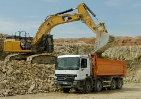Žaliavos - dolomito uolienos krovimas į gamybą.